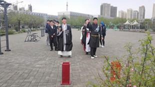 """这群大学生""""城会玩"""" 办传统游戏活动 穿汉服玩电视剧《知否》里的投壶"""