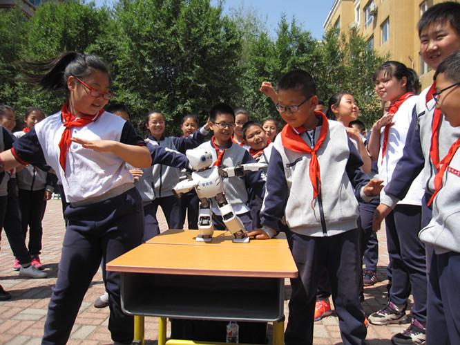 科普大篷车开进校园 孩子们和萌萌哒机器人一起跳舞