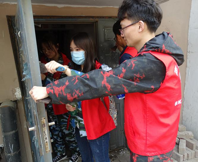 大学生志愿者到社区清理小广告 用实际行动带动居民维护环境卫生