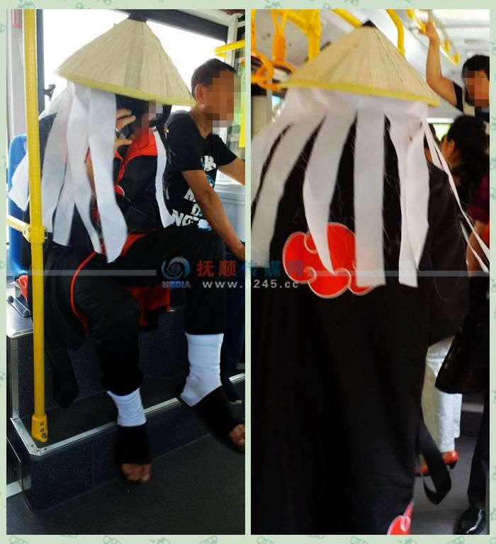 车内乘客惊呆了    男生动漫风坐公交