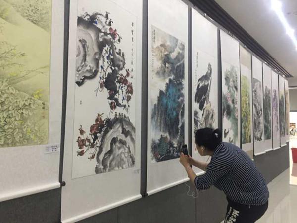 第九届中韩书画展在市?#38469;?#39302;开展 其中韩国作品39幅