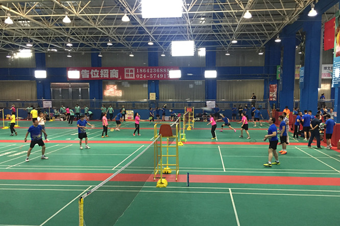 """市直机关第二届""""浑河杯""""羽毛球赛开赛 330名选手将进行为期3天的比拼"""
