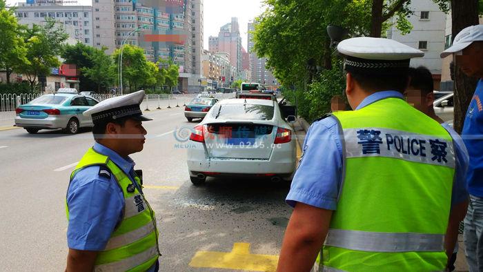 路边停车不到10分钟车就被撞了 司机说有人看到了肇事车辆