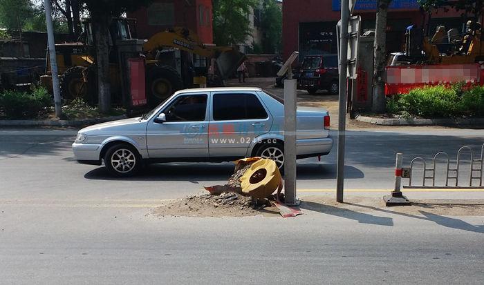 """道路上的防撞桶破相漏""""陷"""" 附近居民希望责任部门抓紧处理"""