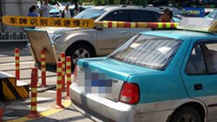 出租车出医院门撞弯升降杆 司机喊冤 双方看监控论责