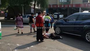 两起车祸两人倒地 一个是过街老人一个是喊客司机