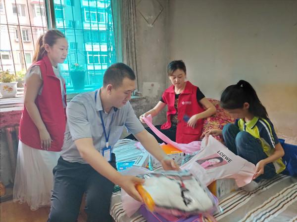 俩家企业的爱心志愿者组团帮扶贫困家庭小女孩
