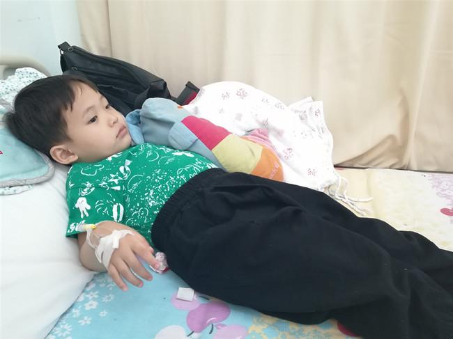 4岁男孩罹患恶性淋巴瘤 高额治疗费难住父母