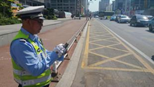 撫順站前嚴管網格線上亂停車 每天交警不停巡視并糾違