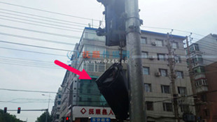 順城區站東街人行信號燈垂落 成提線木偶隨風飄蕩