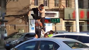 【接续】行动挺快!顺城区站东街垂落的人行信号灯修好了