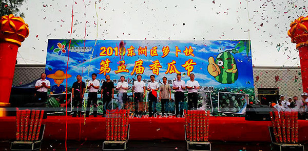 抚顺东洲区萝卜坎第五届香瓜节开幕  数千名游客雨中尝鲜