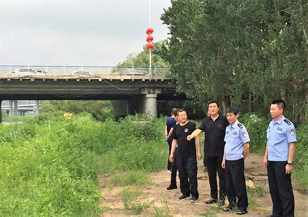 新抚区新抚街道巡河 进行汛期安全隐患排查