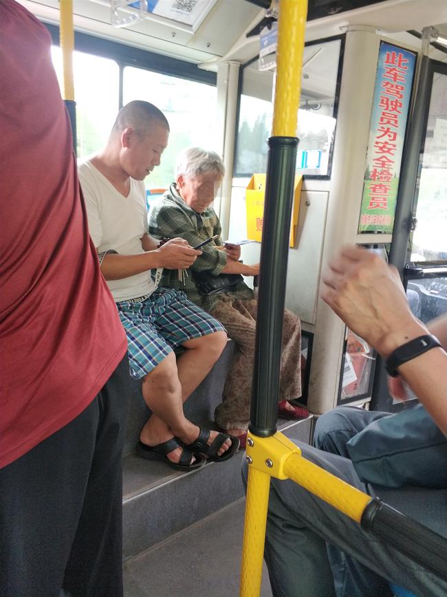 一位高龄老人上了公交后满脸茫然,之后发生的事儿太暖了……