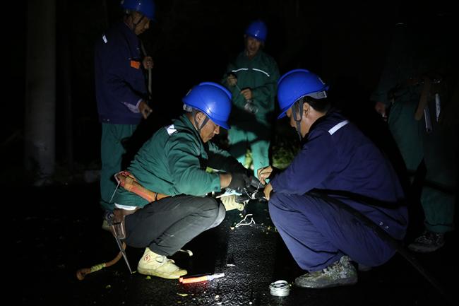 抚顺供电公司应急抢修人员奋战一夜 涉及民生的供电负荷已全部送出