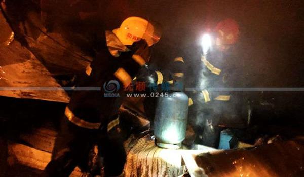 东洲区茨沟商品市场凌晨发生大火  6台消防车扑救