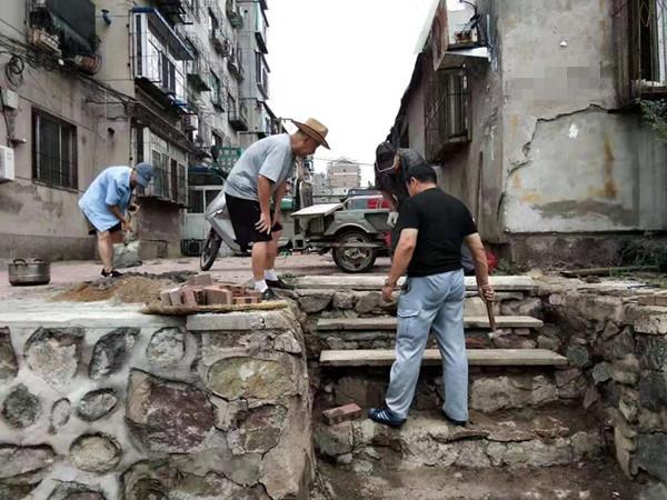 下雨冲坏居民楼护坡楼梯 格林社区党员志愿者一起修好