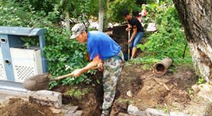 劳动公园防汛游船停划 还整修步行道排水管和湖边护栏