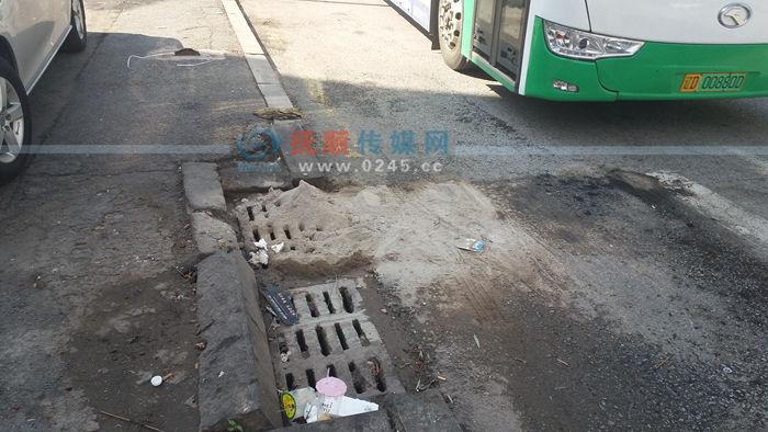 顺城区丰城街公交站旁一口排水井被烧烤灰覆盖