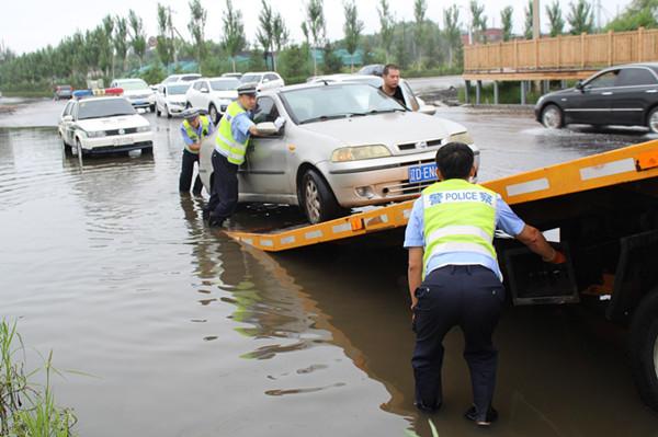 交警24小时值班备勤 帮助拖移被困积水中车辆