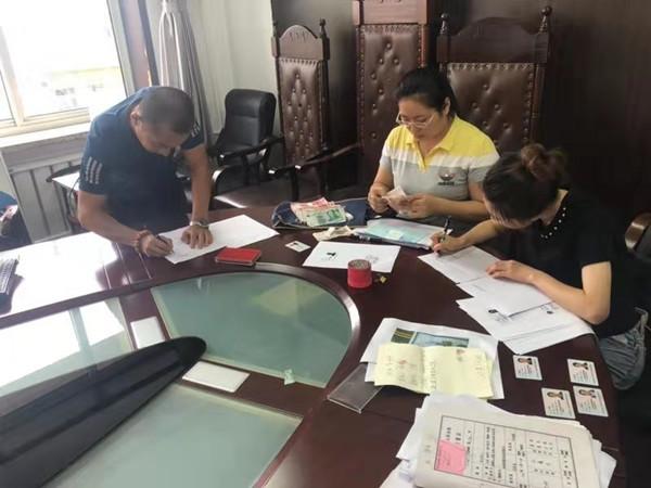 新抚区法院法官多方奔走 为12名农民工讨回17万血汗钱
