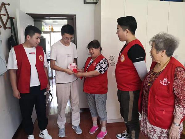 心中有爱工作站郭明义爱心团队为50名贫困大学生送上助学金