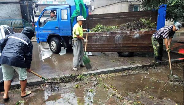 """宏钢社区进行环境整治 """"地毯式""""清理确保不留一处卫生死角"""