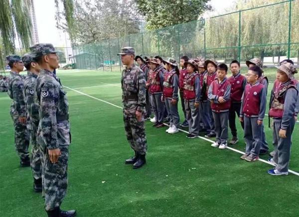 这个全民国防教育日有意义 沈阳工学院预备役成员给小学生上国防教育课