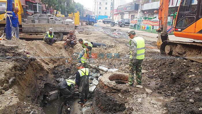 顺城区延吉南路下水不畅正在施工 扩径更换下水管线
