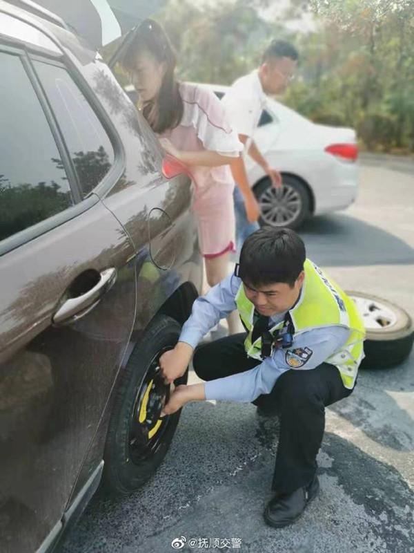 女司机高速公路爆胎 幸遇交警伸援手