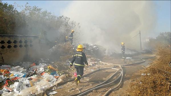 气势挺凶火情不大,榆林村垃圾堆这把火着的