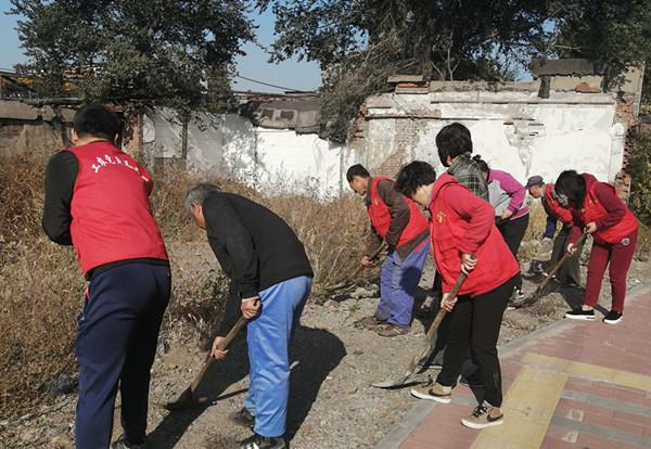 合金社区志愿者清理卫生环境 为居民营造优美整洁家园