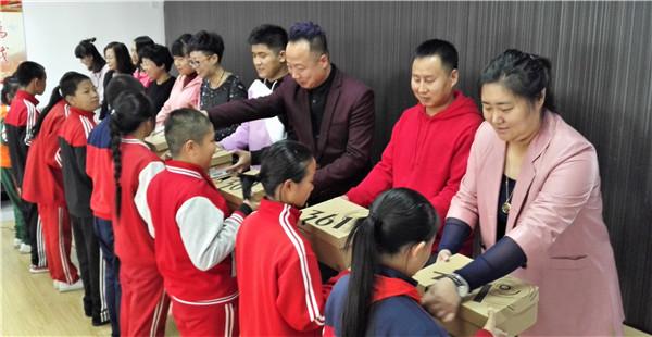 """""""黄飘带""""在长春学校温暖飘起 10名贫困学生实现""""微心愿"""""""