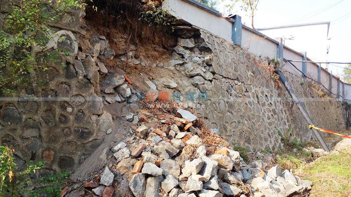 校外渗水冲塌学校围墙   排查疑是下水惹祸