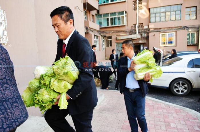 东洲区检察院为残疾困难户买秋菜送到家 可帮了两口子大忙了