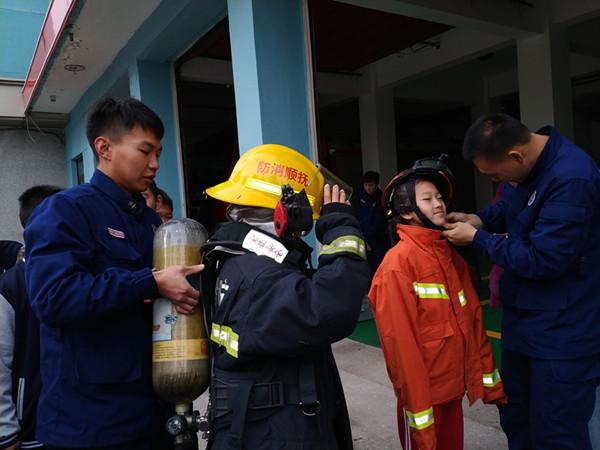知识Get了 消防工作体验了 这趟消防中队之行孩子们收获满满