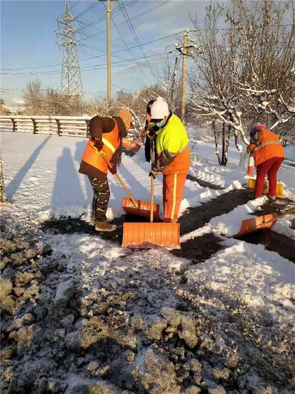 我们能道路通畅、开心赏雪,是因为有他们的辛苦劳动