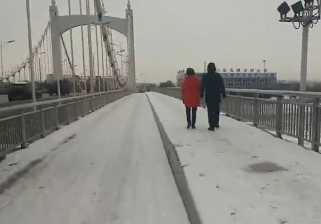 天湖大桥人行道上积雪未除 是要等着和下场雪一起除?