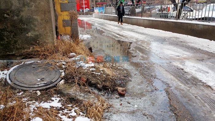 下水井返脏水顺着坡路淌啊淌…… 附近商铺说4个月了没人管