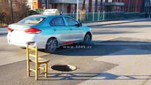 """下水井丢盖还在视线盲区 椅子井边""""站岗""""提醒司机"""