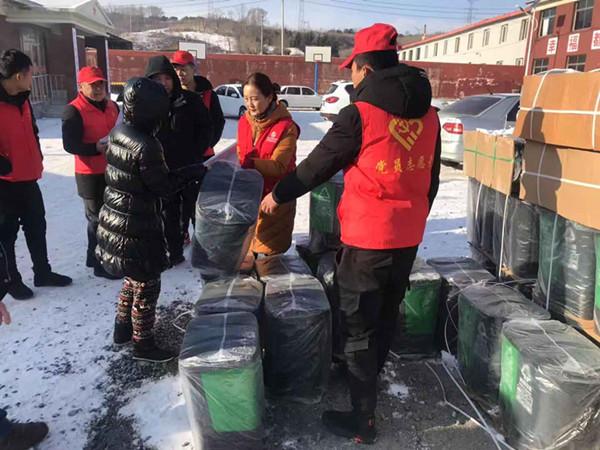 发垃圾分类垃圾桶忙不过来 雷锋商会志愿者进村帮忙