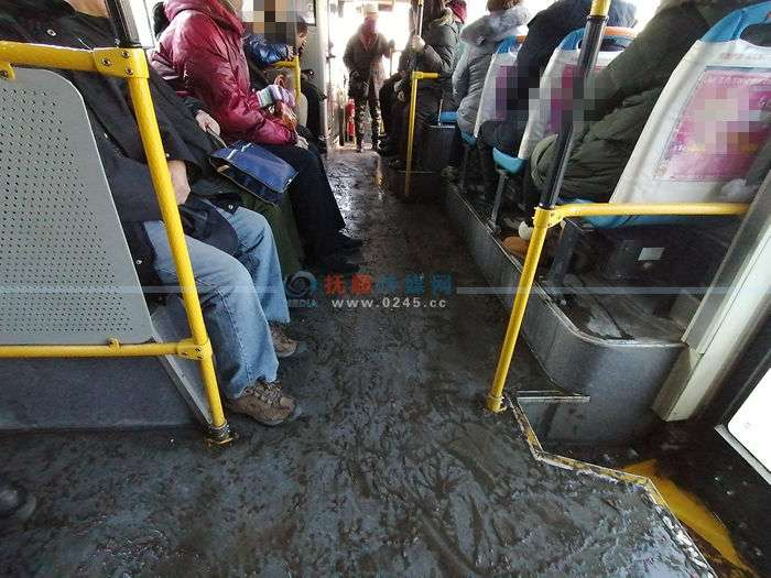 注意啦!降雪后城市公交车内雪和水相加   乘车要站稳扶好