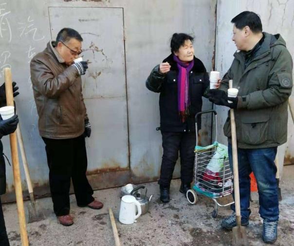 抚顺市城建中心职工一日除雪10余吨 感动得社区大娘频频送热茶