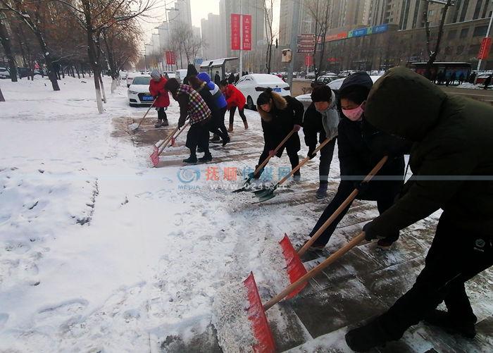 撫順再迎降雪 除雪又快又好 全民上陣 與前幾場除雪效果不同