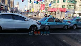 一辆私家车两辆出租车连环相撞 事发顺城区一十字路口
