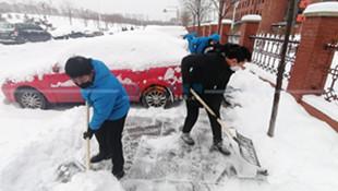 市实验中学教师清校园周边积雪 私家车人行道上占位阻碍除雪