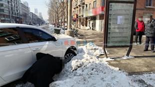 前车右转不打转向 后车躲闪不及一头扎进雪堆险撞公交站牌