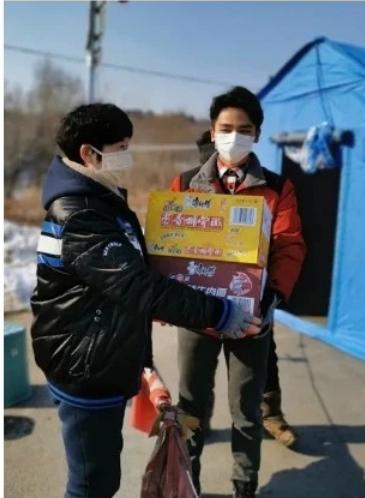 """大学生志愿者随父抗""""疫"""" 捐出千元零花钱"""