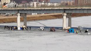 砸开冰层组团钓鱼还搁冰面上搭帐篷 不知道现在啥情况吗?你们都咋想的啊?
