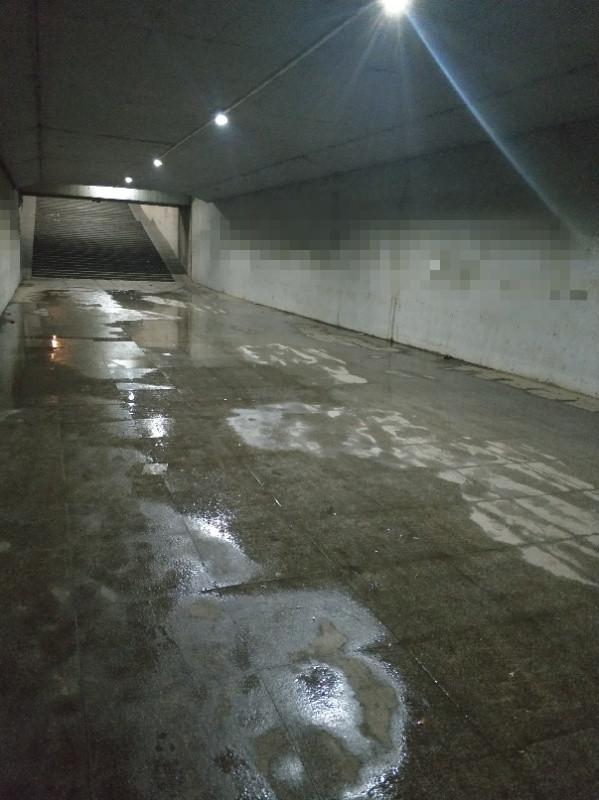 高山路一下穿通道棚顶漏水 地面积水影响市民通行